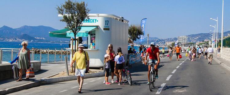 boulevard-midi-cannes-pieton-bord-de-mer