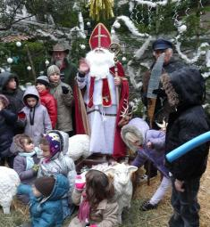 saint-nicolas-luceram-arrivee-enfants-bonbons